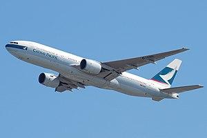Вид спереди на первый построенный в полете 777 в ливрее Cathay Pacific, с частично выпущенными закрылками и убранным шасси.