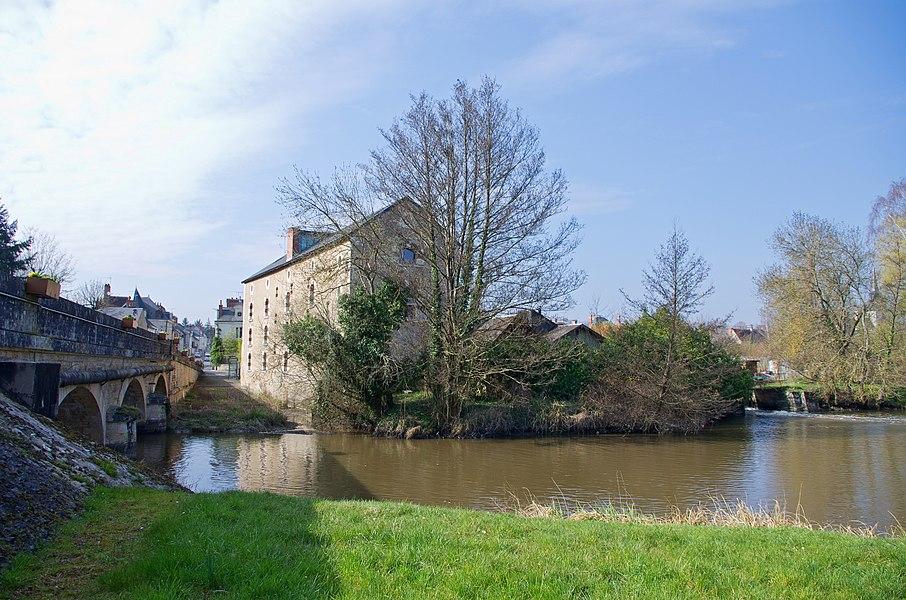 """Le Moulin et le Pont sur le Beuvron.  Le pont a été construit en 1852 en remplacement d'un vieux pont de bois.  La rivière """"le Beuvron"""" est un affluent de la Loire d'une longueur d'environ 115 km.   La rivière doit son nom aux castors qui la peuplaient au Moyen-Âge. ( bièvre, du latin beber, gaulois bébros. En anglais beaver, allemand Biber, ).   Le castor recoloniserait le Beuvron depuis sa réintroduction dans la Loire en 1974.   The Mill and the Bridge Beuvron.  The bridge was built in 1852 to replace an old wooden bridge.  River """"Beuvron"""" is a tributary of the Loire with a length of about 115 km.  The river owes its name to the beavers inhabited the Middle Ages. (Latin beber, Gallic bébros, German Biber).  Beaver re-colonize Beuvron since its reintroduction in the Loire in 1974."""