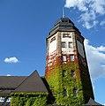 Charakteristisch für die Alte Feuerwache ist der 42 Meter hohe Schlauchturm. - panoramio.jpg