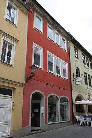... Der Linke Eingang Hatte Bis 1988 Einen Geraden Stutz. Das Erdgeschoss  Ist Durch Ein Leichtes Profilgesims Von Den Obergeschossen Getrennt.