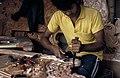 Collectie NMvWereldculturen, TM-20022018, Dia- 'Houtsnijder aan het werk in een atelier, omgeving Bukittinggi', fotograaf Jaap de Jonge, 1986.jpg
