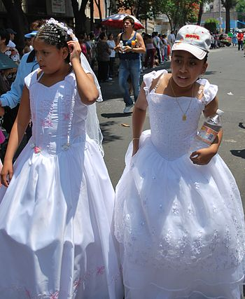 English: Two girls in the First Communion dres...