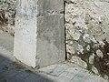 Crucifijo de piedra al lado de la basílica de Santa María del Concejo - Llanes - España - 04.JPG