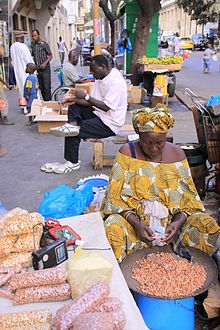 Venditrice di arachidi a Dakar