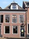 foto van Huis met lijstgevel en schilddak met dakvenster