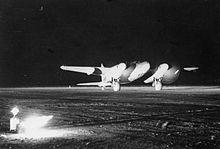 Un Mosquito NF Mk.XIII in decollo dall'aeroporto di Foggia nel novembre del 1944.