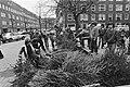 De jeugd is momenteel druk bezig met het ophalen van kerstbomen voor diverse oud, Bestanddeelnr 931-2321.jpg