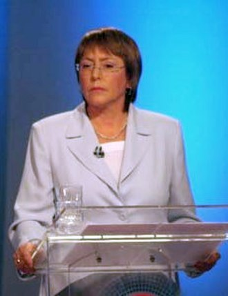 2005–06 Chilean presidential election - Image: Debate televisivo Canal 13 CNN (Bachelet) (2)