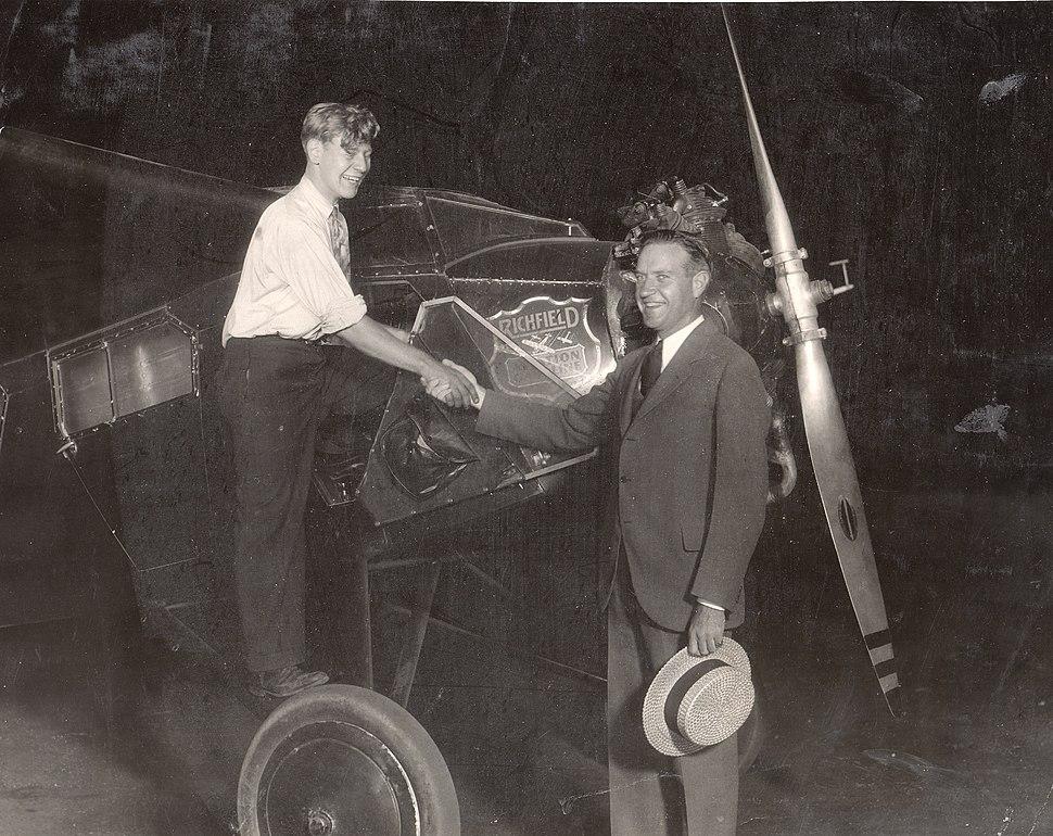 Eddie August Schneider shaking the hand of Richard Barnitz in Los Angeles on August 21, 1930 (600dpi, cropped, brightness adjusted)