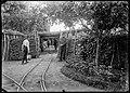 Entrée de la batterie n° 113 à Montigny-lès-Cormeilles ; au sol, un aiguillage de voies ferroviaires étroites dites 'voies de 60', août 1915.jpg