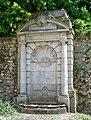 Ermenonville (60), fontaine de la place J.J. Rousseau.jpg