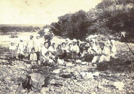 1933年の川辺のピクニックで日本のIturupの住民(当時Etorofuと呼ばれていました)