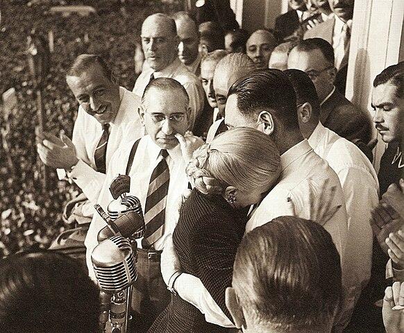 Эвита и Перон на балконе президентского дворца во время митинга 17 октября 1951 года