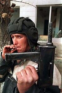 Guerrillero chechén con un casco para tanque. Foto de Mijail Evstafiev.