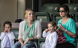 La moglie Mirka (a destra) e le gemelle