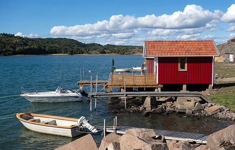 File:Fishing hut, jetties and boats in Loddebo.jpg