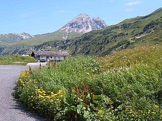 Flexenpass with Flexen-Häusl, in the background the Rüfispitze (2632 m above sea level)