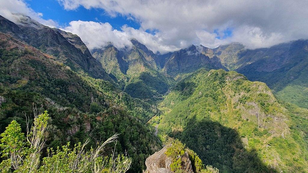 Blick vom Aussichtspunkt Miradouro dos Balcões (bei Ribeiro Frio) auf das Gebirge mit Lorbeerwaldflächen von Madeira.Floresta Laurissilva