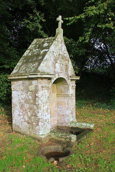Fontaine Saint-Clair (Réguiny): vue de coté avec vasque au premier plan où les gens viennent se laver les yeux (Saint-Clair est vénéré pour la guérison des yeux)