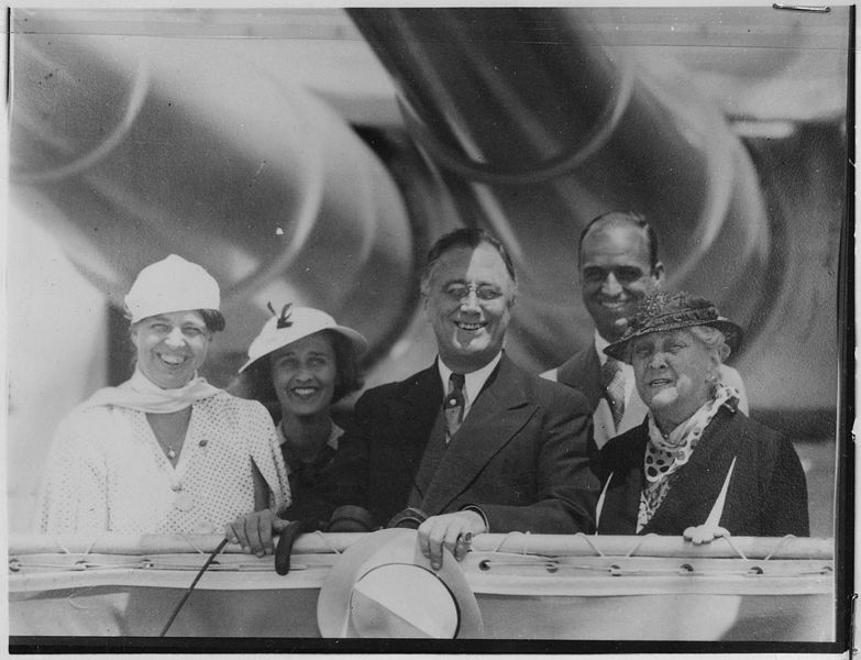 File:Franklin D. Roosevelt, Eleanor Roosevelt, Sara Delano Roosevelt, and Mr. and Mrs. James Roosevelt in New York City... - NARA - 197052.jpg