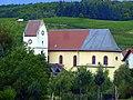 Frei-Laubersheim - Die Kath. Pfarrkirche St. Mauritius hinter dem Wehrturm aus dem 13. Jahrhundert - panoramio.jpg