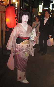 une geisha dans une rue de ky�to