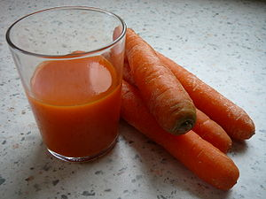 English: Glass of juice and carrots Français :...