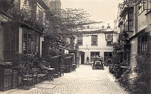 Golden Cross, Oxford - Golden Cross courtyard in 1907, from the Cornmarket entrance.