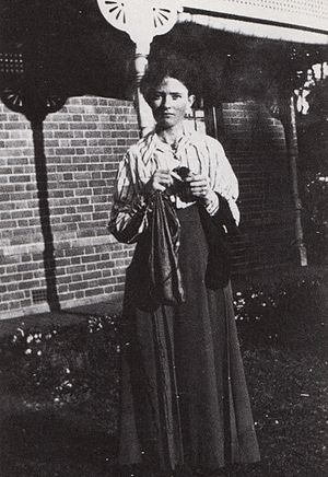 Grace Cossington Smith - Smith, outside her home in Turramurra, 1915