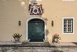 Grafenstein Schloss 2 Nebengebäude beim Schloss Portal mit Supraporte 26072018 4031.jpg