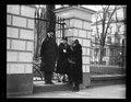 Group at White House fence. Washington, D.C. LCCN2016888621.tif