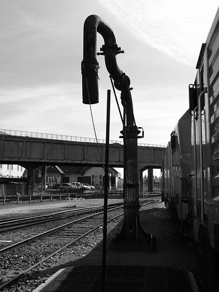 Photo d'une des 2 grues hydrauliques construites par les Usines Chappée au Mans en 1931 et classées Monuments Historiques en 1996. Ces grues servaient à alimenter en eau les locomotives à vapeur. Prise sur le domaine public ferroviaire à Sotteville lès Rouen (76300) France
