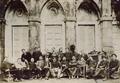 Grupo de estudantes do final do século XIX no páteo da Escola Médico-Cirúrgica de Lisboa.png