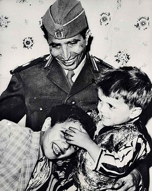 Hassan al-Amri - Hassan al-Amri with his kids 1965