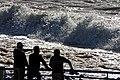Hohe Atlantikwellen brechen sich am Strand von Santa Cruz (Madeira). 12.jpg