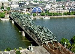 Hohenzollernbrücke Köln von oben.jpg