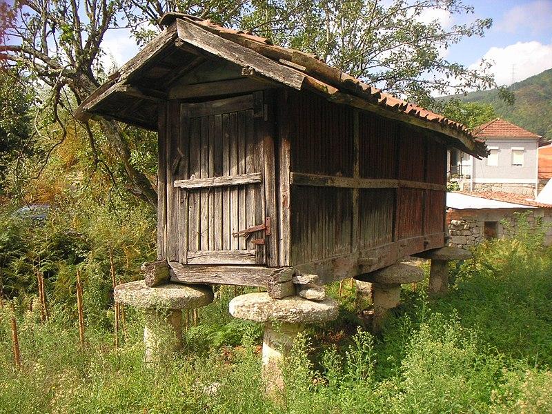 File:Horreo de madeira, en Allariz.jpg