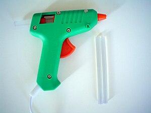 English: Glue gun and glue sticks