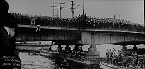 Harvard Bridge - Harry Houdini jumps from the bridge (1908)