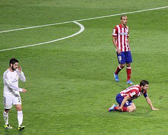 Miranda (footballer) - Miranda during the Madrid derby in the 2013–14 season