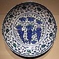 Iznik, piatto con grappoli e viticci, dinastia ottomana, 1550 ca.jpg