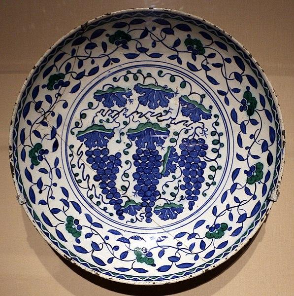 File:Iznik, piatto con grappoli e viticci, dinastia ottomana, 1550 ca.jpg