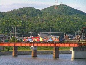 厄神駅 - 市場駅間の加古川橋梁を渡る列車