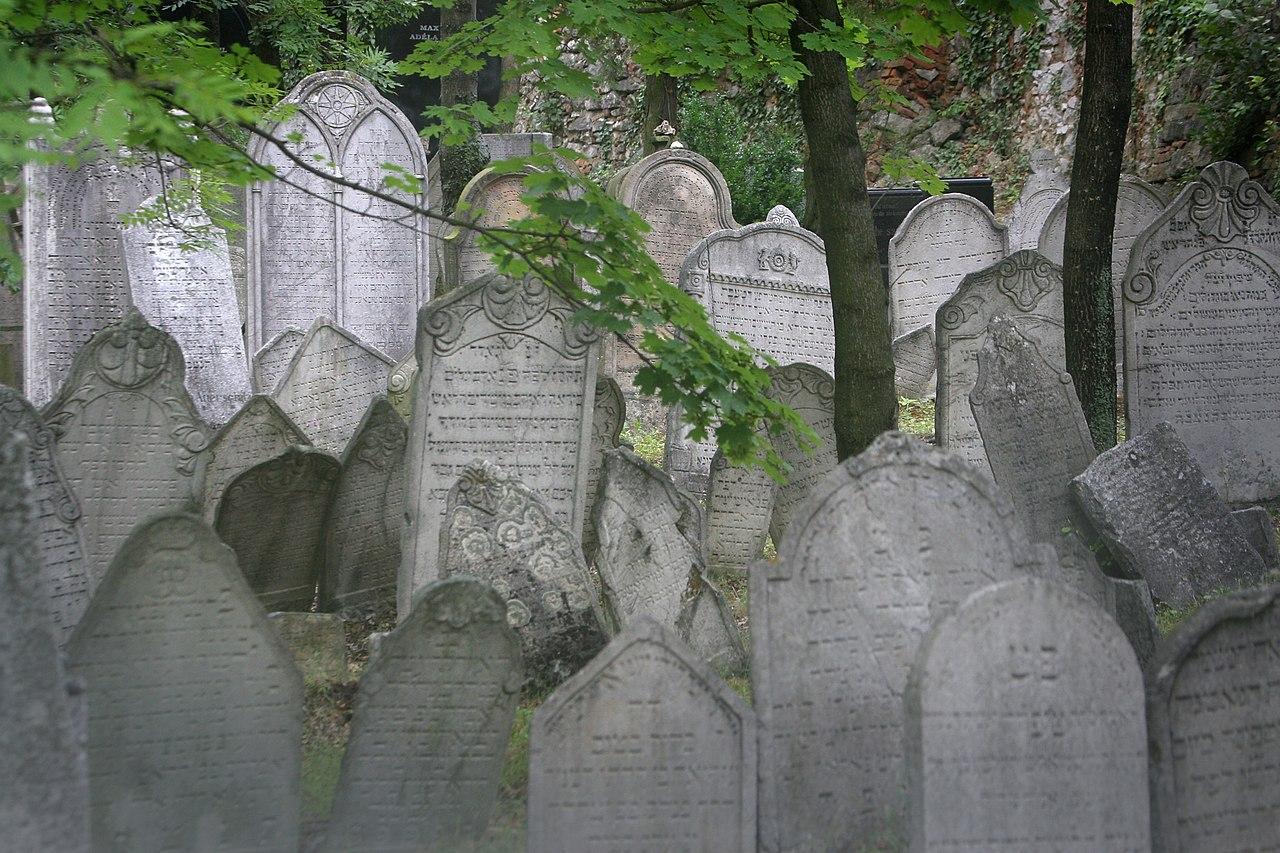 Jewish cemetery Mikulov.jpg