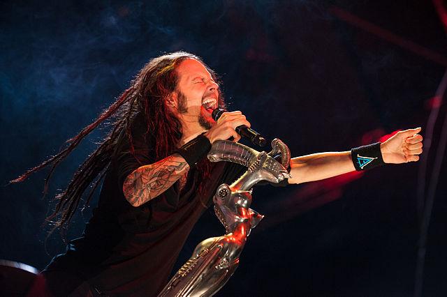 Микрофонная стойка Джонатана Дэвиса (Korn), созданная Г. Р. Гигером. Источник: Викисклад
