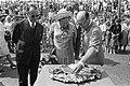 Koningin Juliana bekijkt een tableau van garnalen, rechts J. Holst, Bestanddeelnr 922-5328.jpg