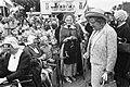 Koningin Juliana bij de bevolking in klederdracht, Bestanddeelnr 922-5370.jpg