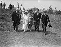 Koningin Wilhelmina in Sluis. H. M. met de burgemeester van Sluis, studenten en , Bestanddeelnr 902-8786.jpg
