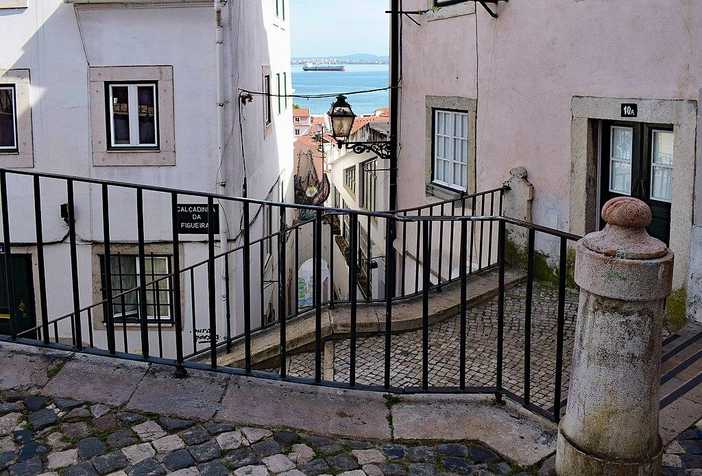 Escalier à Lisbonne dans le quartier de l'Alfama (?) - Photo de Jocelyn Erskine-Kellie