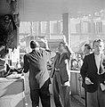 Lotenverkopers in de kraam van de Lotteria Gastronomica met daaromheen het publi, Bestanddeelnr 254-5496.jpg
